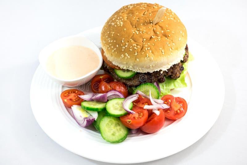 Hamburger met salade stock foto's