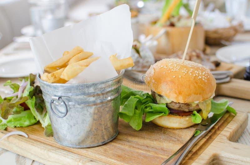 Hamburger met sappige rundvlees en kaas royalty-vrije stock afbeeldingen