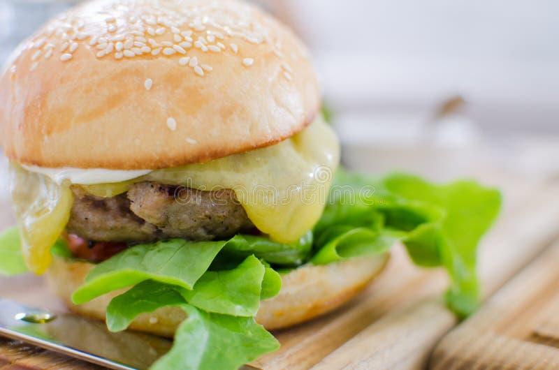 Hamburger met sappige rundvlees en kaas stock afbeeldingen