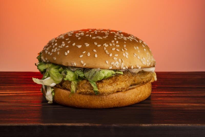 Hamburger met sesam en kip stock afbeelding