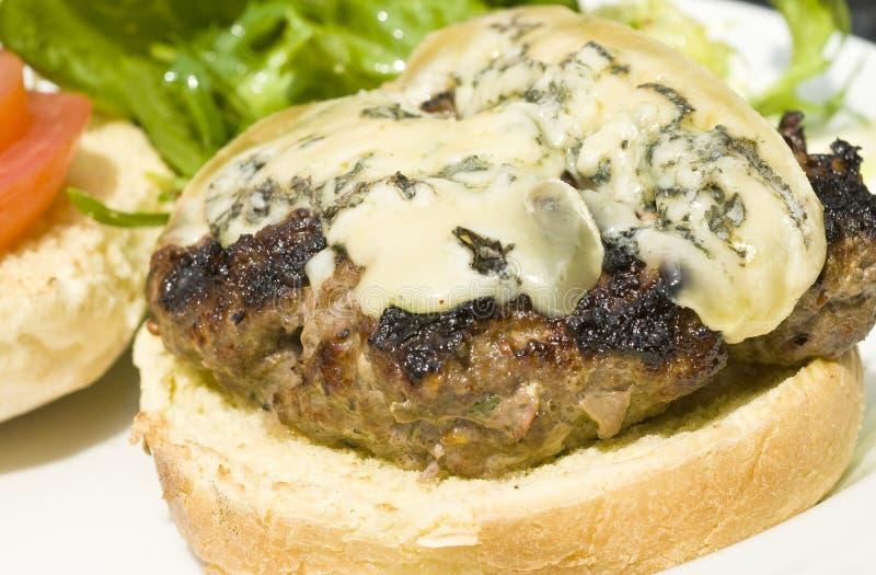 Hamburger mit Blauschimmelkäse stockfotografie