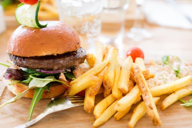 Hamburger mit Pommes-Frites lizenzfreie stockbilder