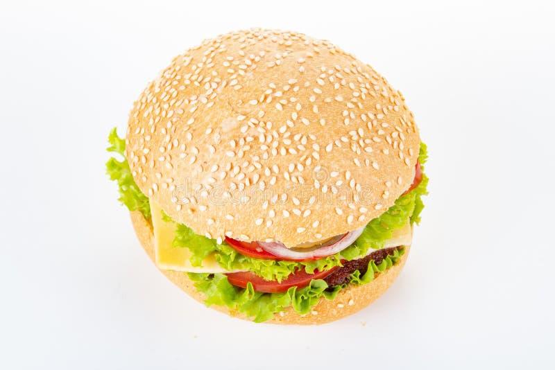 Hamburger na białym tle, hamburger z wołowiną i ser, odizolowywający piec na grillu fotografia royalty free