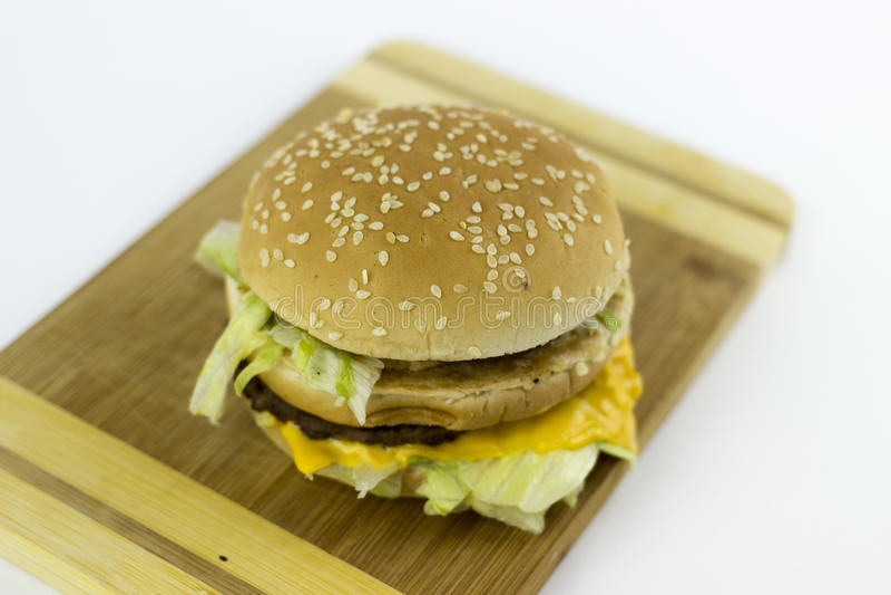 Hamburger na ciapanie stole obraz stock