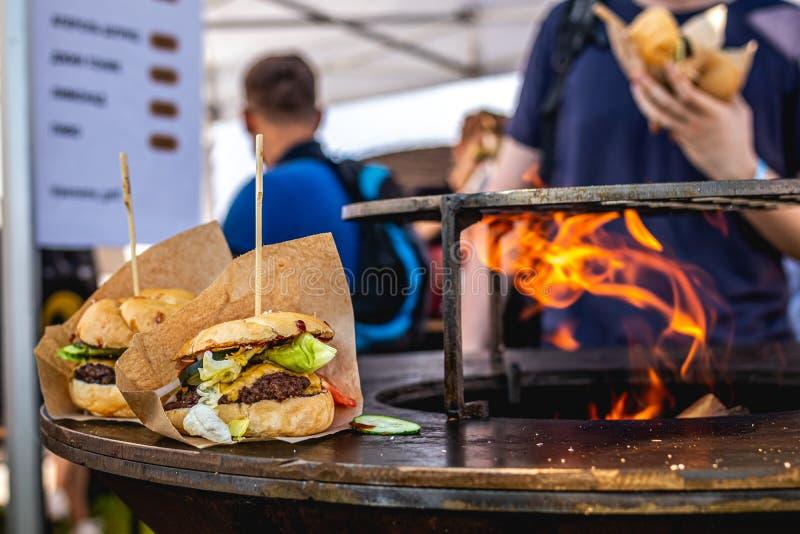 Hamburger na Gorącym Płomiennym BBQ grillu Grilla hamburger smaczny hamburger obraz stock