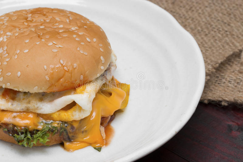 Hamburger na placa na tabela de madeira foto de stock