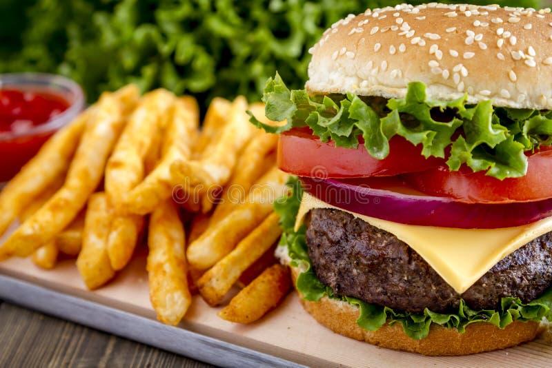 Hamburger na sezamowego ziarna babeczce z dłoniakami obrazy royalty free