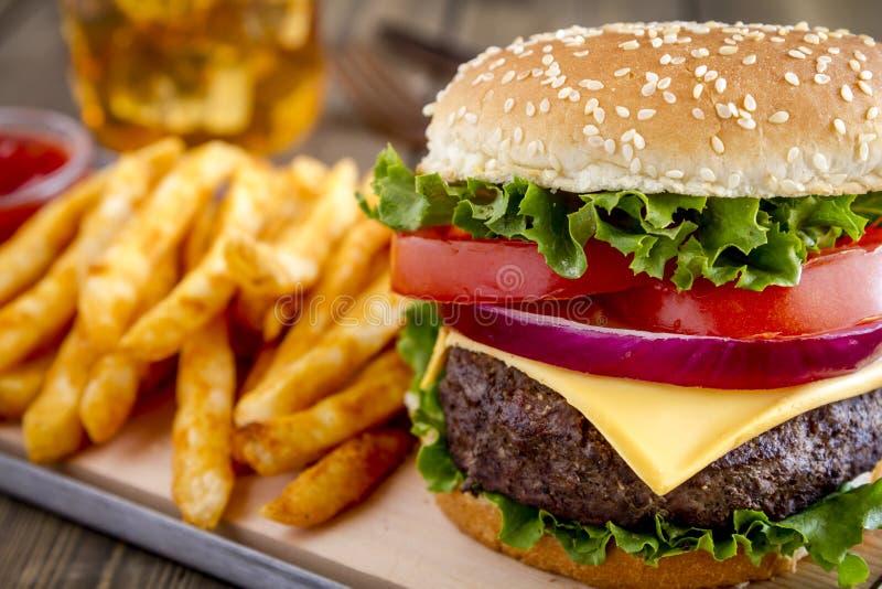 Hamburger na sezamowego ziarna babeczce z dłoniakami zdjęcia stock