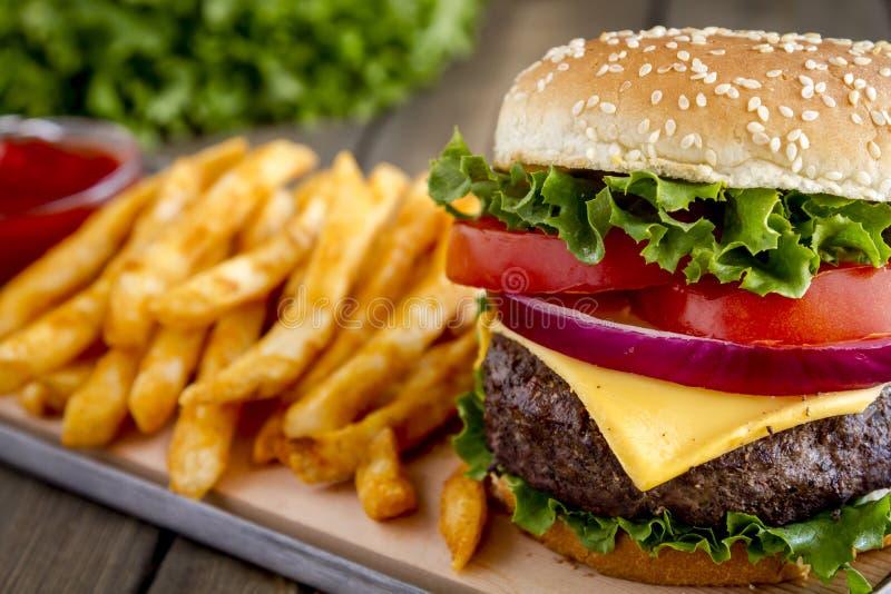 Hamburger na sezamowego ziarna babeczce z dłoniakami obraz royalty free