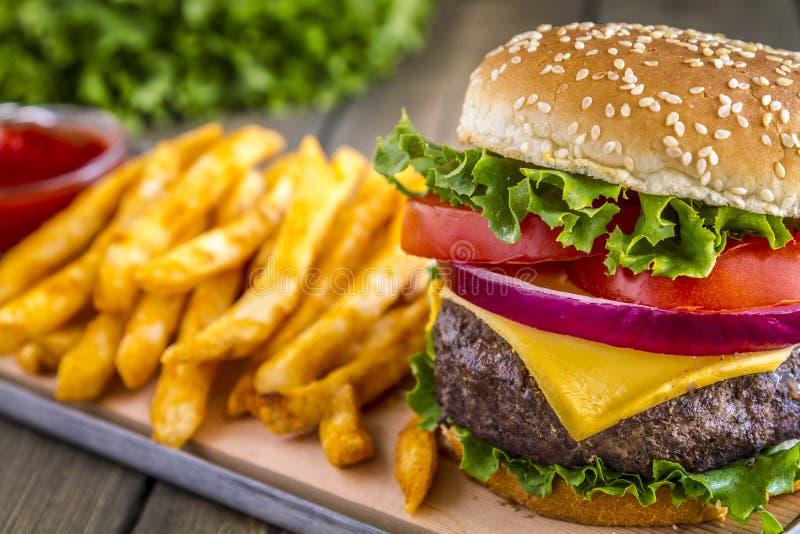 Hamburger na sezamowego ziarna babeczce z dłoniakami zdjęcie stock