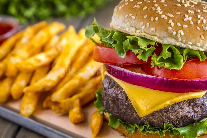 Hamburger na sezamowego ziarna babeczce z dłoniakami fotografia stock