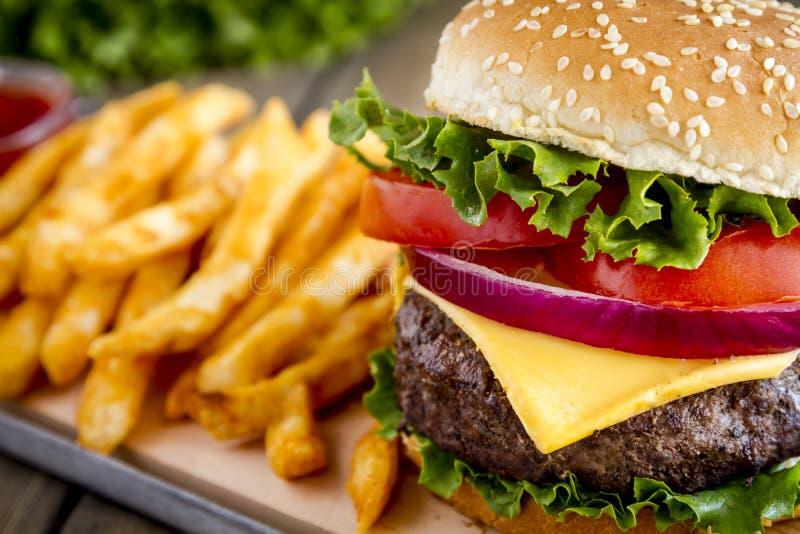 Hamburger na sezamowego ziarna babeczce z dłoniakami obrazy stock