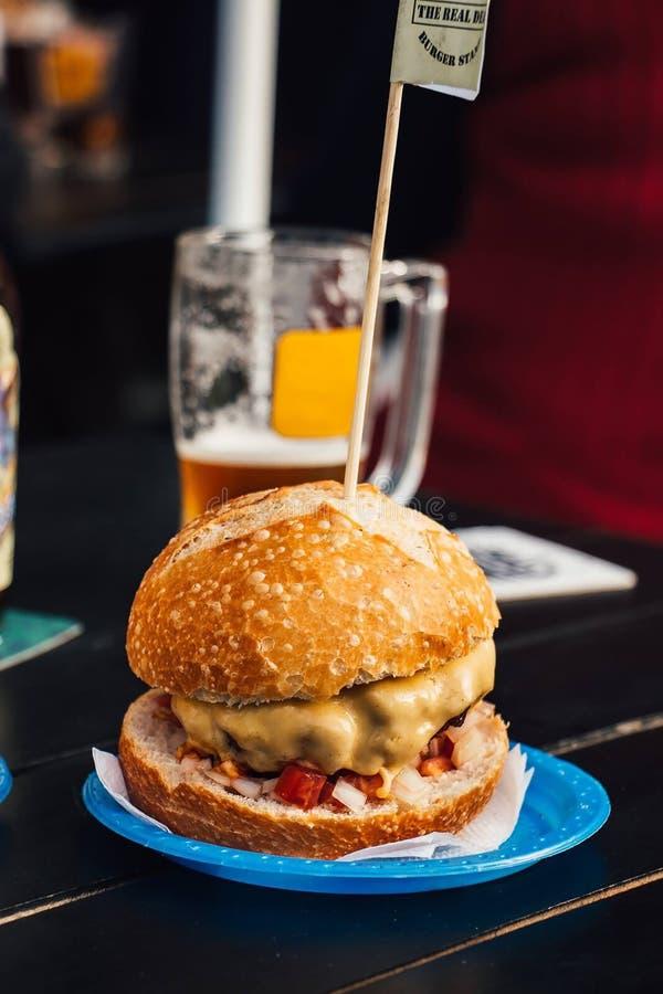 Hamburger op knapperig brood met bier stock foto's