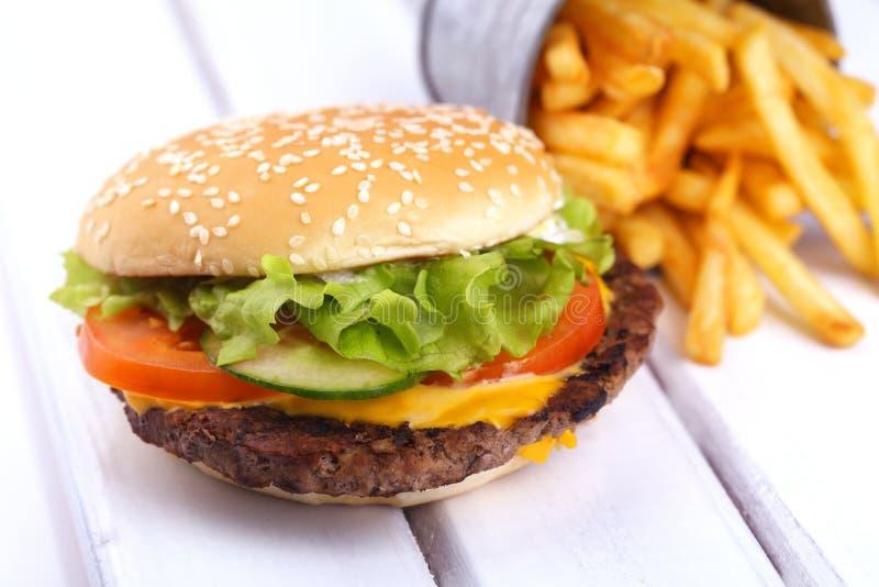 Hamburger op wit wordt geïsoleerd dat stock foto