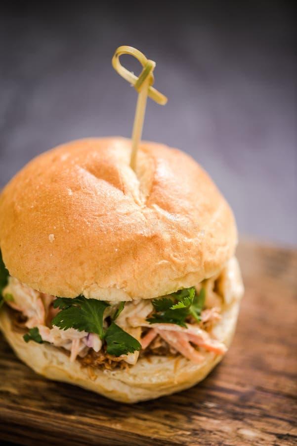 hamburger ou bap tiré frais de porc image libre de droits