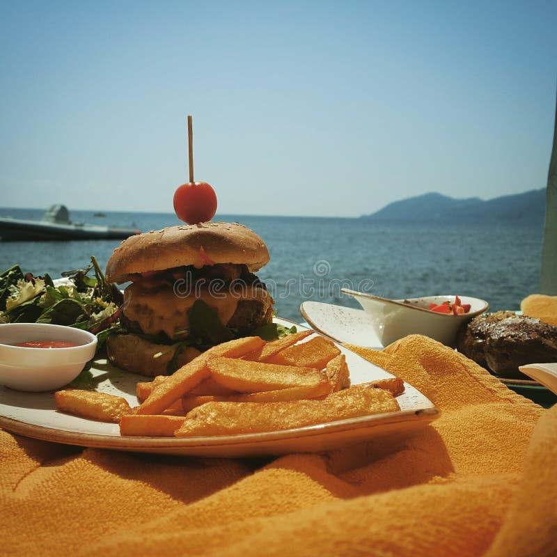 Hamburger par la mer photo stock