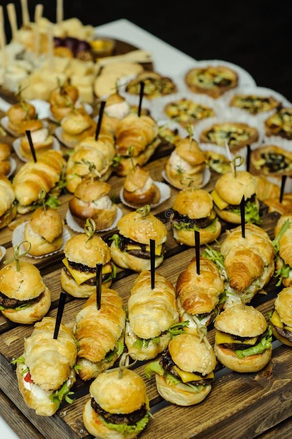 Hamburger pequenos em de madeira imagens de stock royalty free