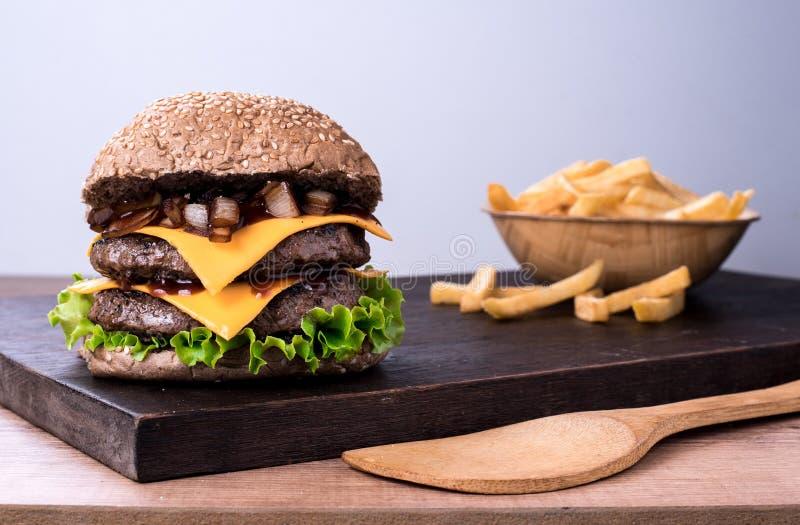 Hamburger piccante tradizionale del manzo con insalata ed il pomodoro immagini stock