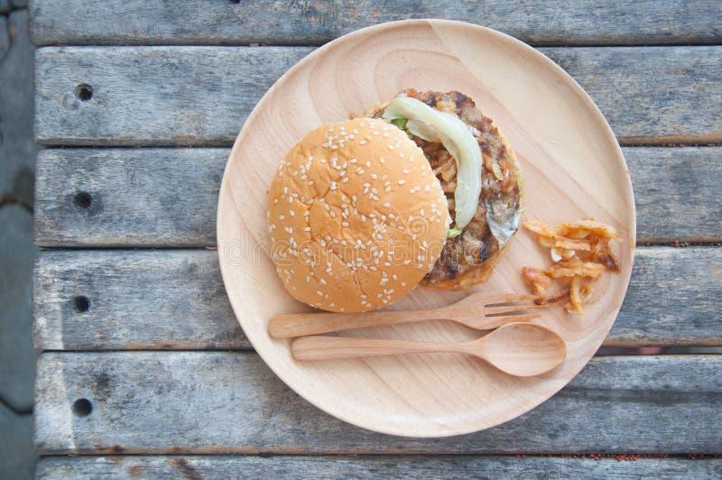 Hamburger saboroso da carne da comida lixo fotografia de stock royalty free