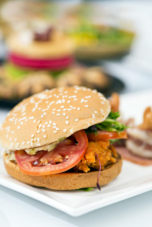 Hamburger saboroso da carne da comida lixo na tabela imagem de stock royalty free