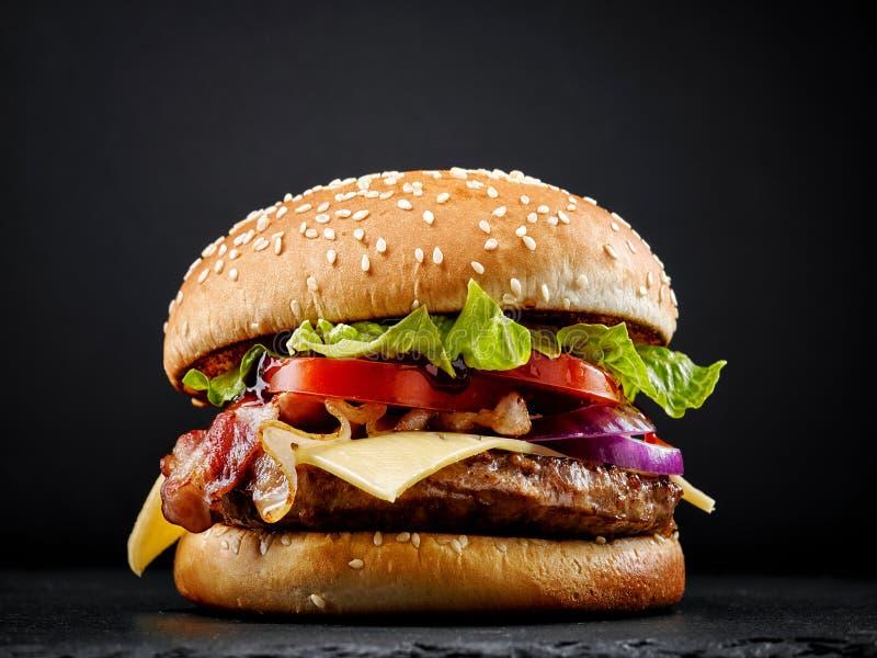 Hamburger saporito fresco fotografia stock libera da diritti