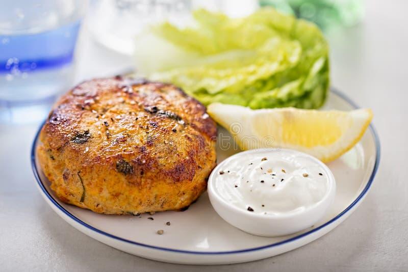 Hamburger saumoné de croquette de poisson image stock