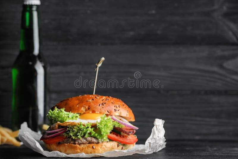Hamburger savoureux avec l'oeuf au plat image libre de droits