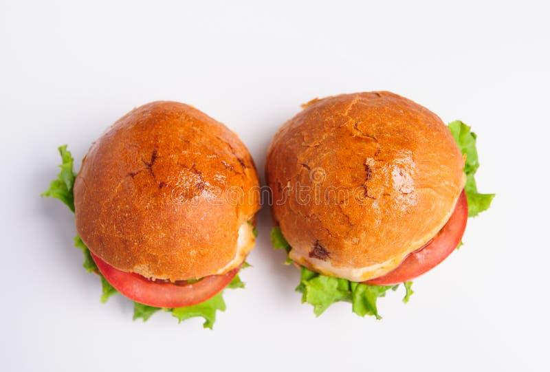 Hamburger savoureux frais d'isolement sur le fond blanc photographie stock libre de droits