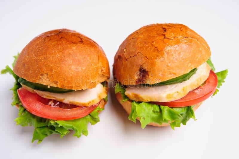 Hamburger savoureux frais d'isolement sur le fond blanc images stock
