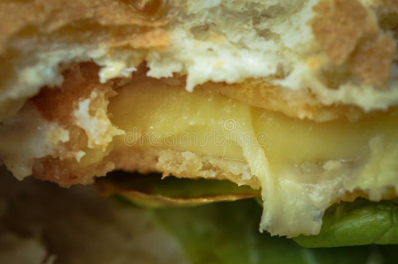Hamburger savoureux m?me avec du fromage et la laitue Aliments de pr?paration rapide image libre de droits