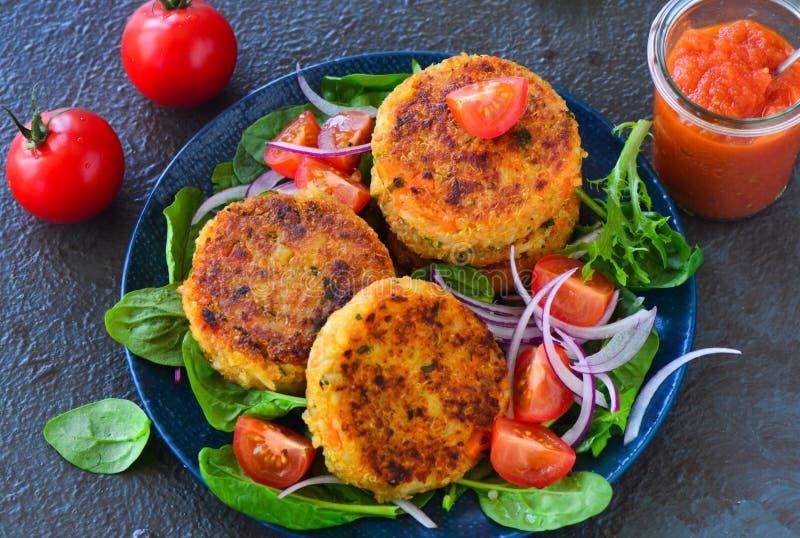Hamburger senza carne dei tortini della quinoa del vegano immagini stock