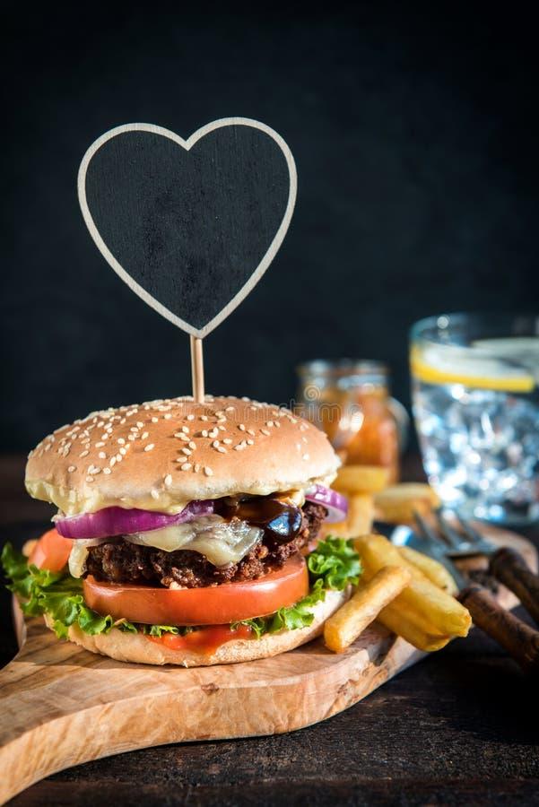 Hamburger servi de boeuf photographie stock