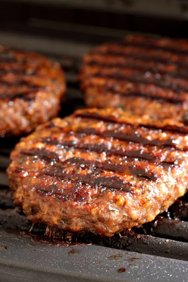 Hamburger su una griglia fotografia stock libera da diritti