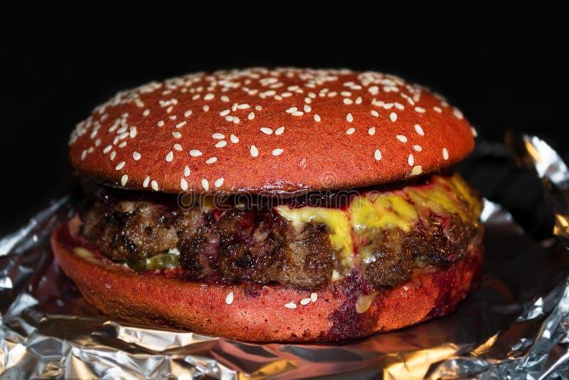 Hamburger succoso delizioso con la salsa della ciliegia fotografia stock libera da diritti