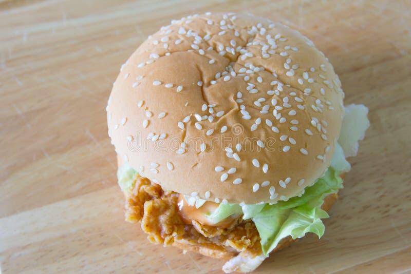 Hamburger sul piatto di legno fotografia stock