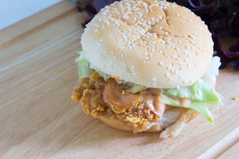 Hamburger sul piatto di legno fotografia stock libera da diritti