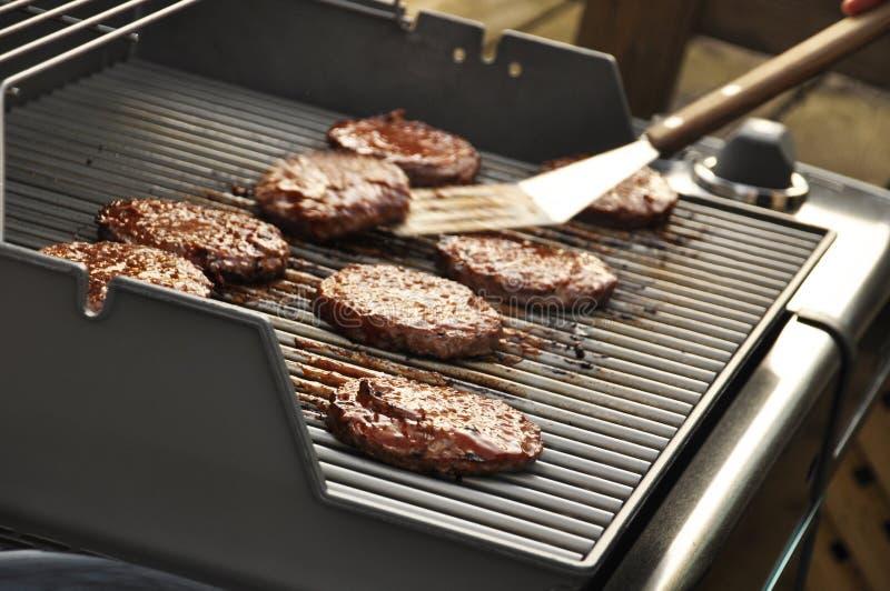 Hamburger sulla griglia fotografia stock libera da diritti