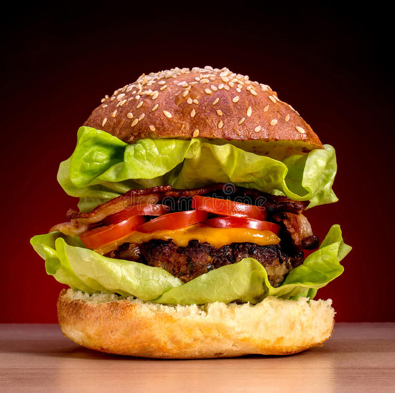 Hamburger sur le fond rouge de gradient photographie stock