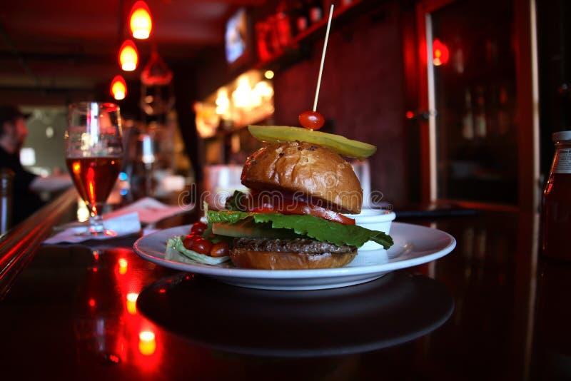 Hamburger in una barra fotografie stock libere da diritti