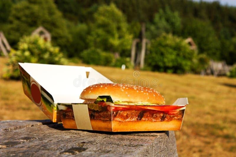 Download Hamburger in una scatola fotografia stock. Immagine di bevande - 56880488