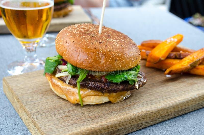 Hamburger und Bier lizenzfreie stockbilder
