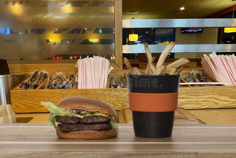 Hamburger und Fries lizenzfreie stockfotos