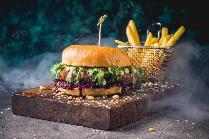 Hamburger und Pommes-Frites auf dem h?lzernen Beh?lter stockfotos
