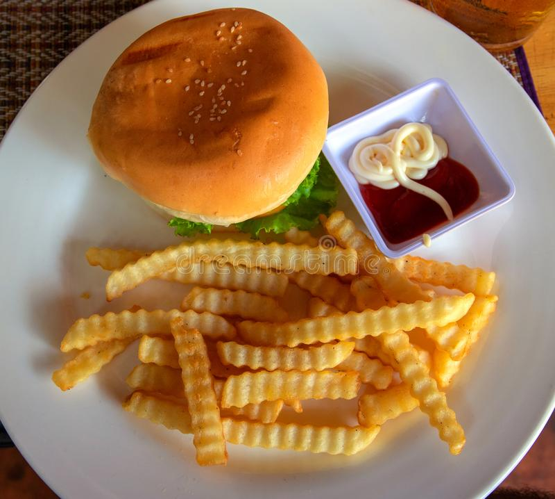 Hamburger und Pommes-Frites auf weißer Platte mit sause Draufsicht des Burgers Amerikanische Nahrung des reichen nutrititive Früh lizenzfreie stockfotos