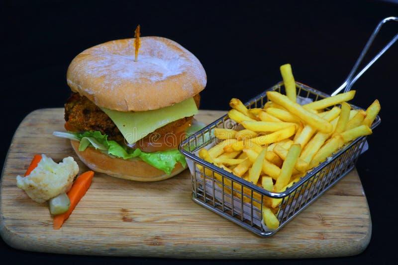 Hamburger v?g?tal avec des pommes frites photo stock