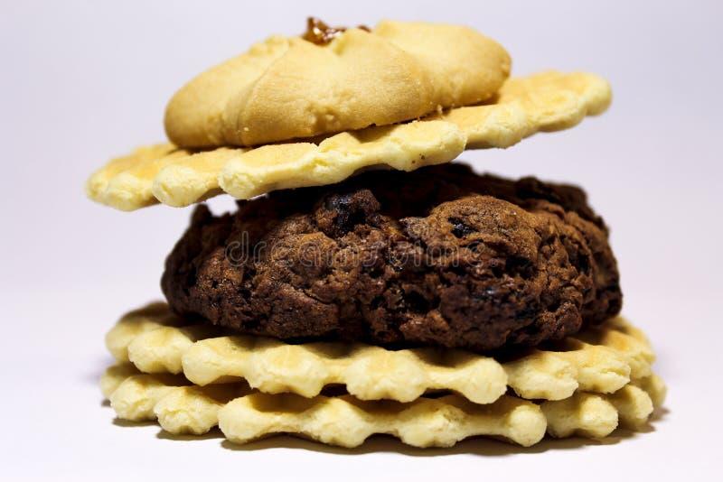 Hamburger van koekjes, met een kers op bovenkant royalty-vrije stock afbeelding