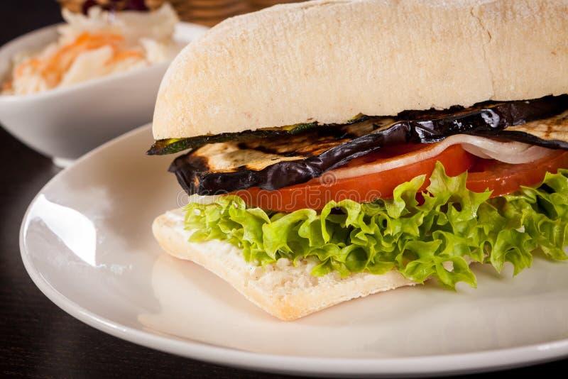 Hamburger vegetariano del vegano delizioso con melanzana arrostita fotografia stock