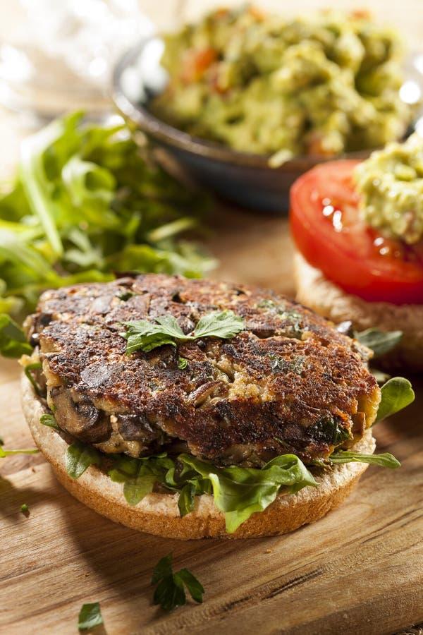 Hamburger vegetariano organico casalingo del fungo fotografia stock libera da diritti