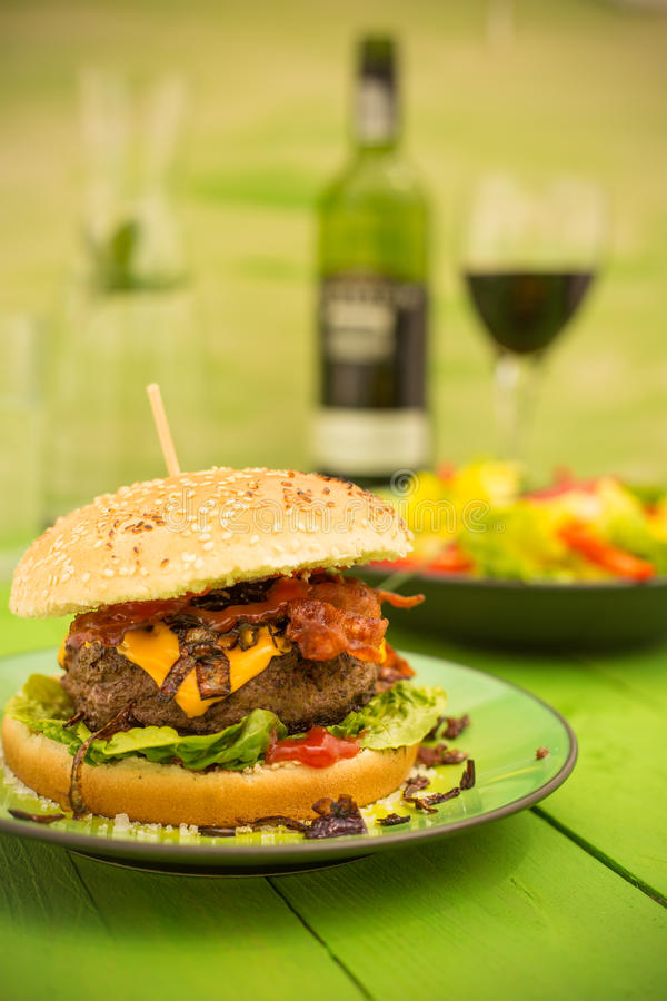 Hamburger z bekonem, ser i sałatka obrazy stock