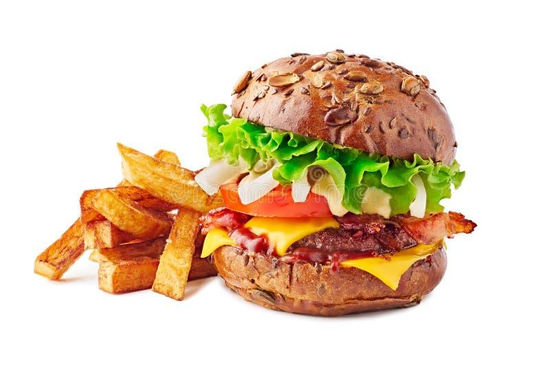 Hamburger z brązu francuzem i babeczką smaży na bielu obraz stock